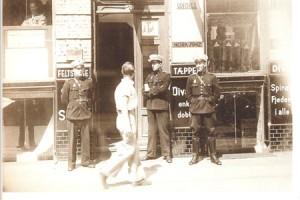 Forbipasserende kigger nysgerrigt på tre danske ordensbetjente foran indgangen til Arbejderbladets redaktion  Griffenfeldtsgade 50 den 22. juni 1941. Selvom tidspunktet var en overraskelse, var landets politi forberedte på at kunne arrestere landets kommunister. Det havde i adskillige år holdt et vågent øje med deres aktiviteter, som af mange blev betragtet som en fare for landets sikkerhed.