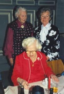De røde enker havde nedsat en bestyrelse, der bestod af 7 kvinder. Her ses de 3 af dem til Stutthof årsmøde i marts 1986. Stående fra venstre er det Eli Jepsen og Vera Vang og siddende er det sekretæren i bestyrelsen Harriet Larsen. Foto: Pia Mølholm