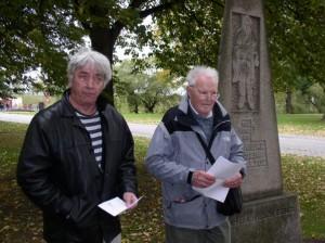 På billedet ses Anton Nielsen formand for Horserød-Stutthofforeningen og Villy Fuglsang tidligere spaniensfrivillig og Horserød og Stutthoffange.  Foto er taget den 17. oktober 2004 af Pia Mølholm
