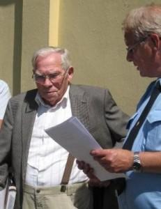 Museumsleder og formand Torben Gulnov for den nystartede forening Horserødlejrens Museums Venner overrækker beviset på at Henning Jensen tidligere fange, interneret i Horserødlejren under besættelsen er blevet æresmedlem af den nye forening.